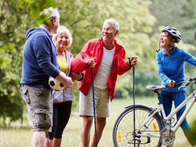 Aktive Senioren als Freunde im Ruhestand machen zusammen Fitness in der Natur